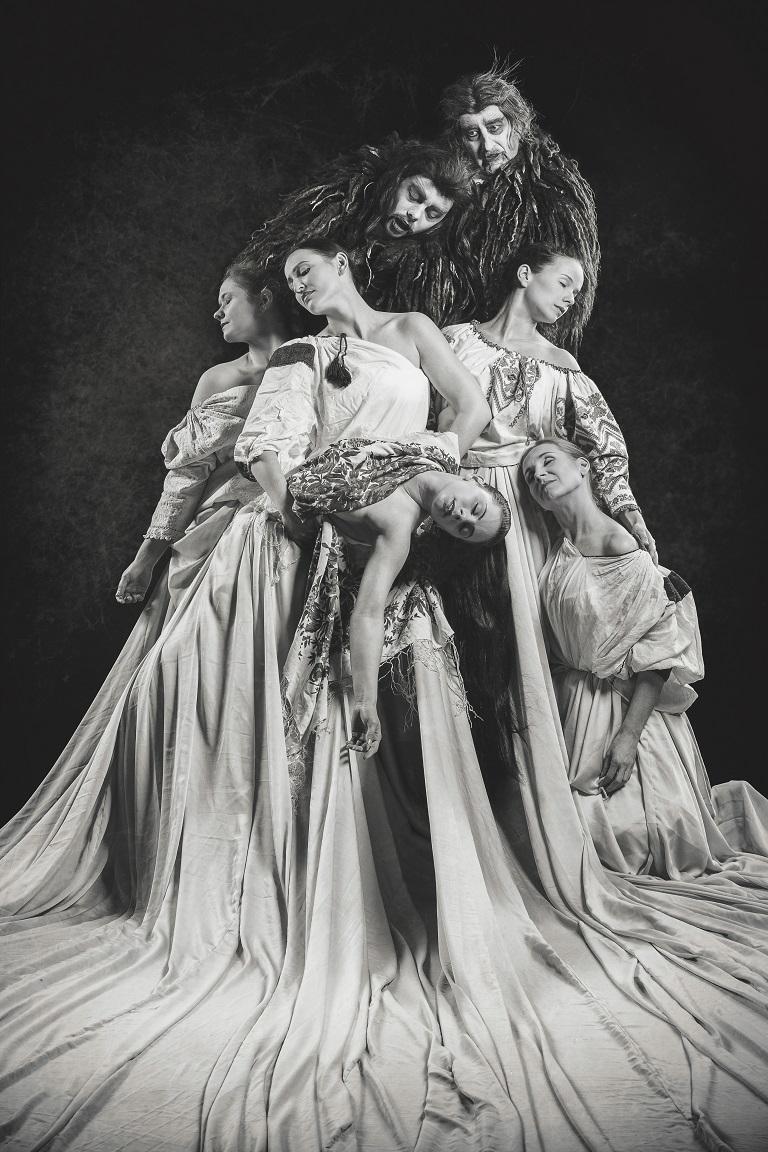 A néptáncegyüttes táncelőadása Drakula grófról