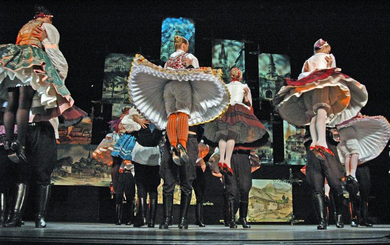 A néptáncegyüttes produkciójában a monarchia táncait mutatja be